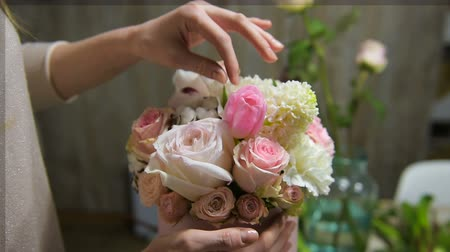 Tender female fingers touch beautiful bouquet Vídeos