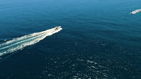 excesso de velocidade : Aerial view of yachts swimming past each other in the open sea at high speed. Spain, Catalonia