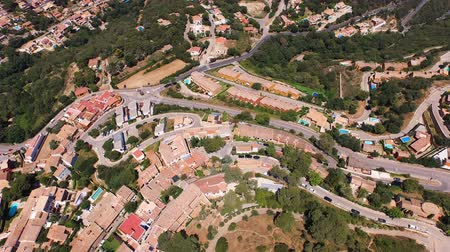 casa de campo : Aerial view of the scenic places with a view of the valleys, hills and the sea with beaches. Spain, Catalonia Vídeos