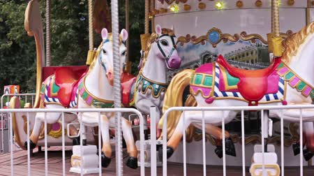 карусель : Carousel horses in Gorky Park in Moscow, slowly spinning