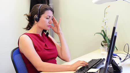головная боль : Tired Business Woman at her office having a headache Стоковые видеозаписи