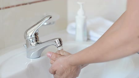 раковина : Washing and Drying Hands at Sink Faucet