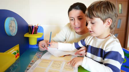 alapfokú : Mother helping her kid to make drawings