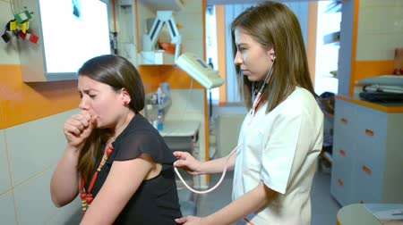 akciğer : A female doctor consulting a patient with a stethoscope