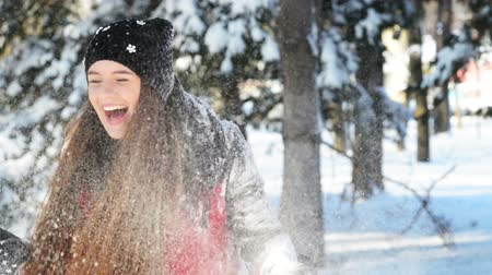 congelado : Beautiful girl playing in the snow