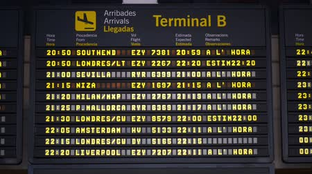 Барселона : International airport arrivals board in barcelona, Spain