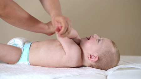windel : Baby-Junge, der Physiotherapie in der Klinik