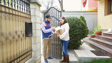 mensagens : Courier delivering a package to a happy woman