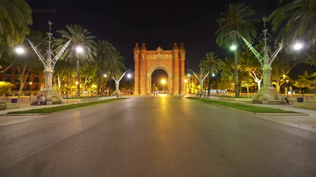 Каталония : Nightlife near arch of triumph in Barcelona, Spain