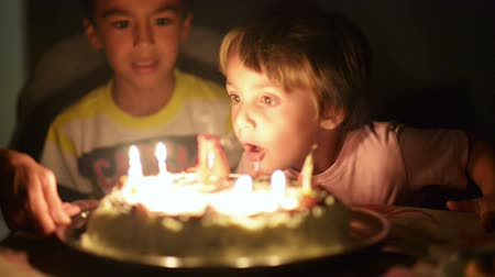 anniversair : Happy kid blowing candles à son quatre ans d'anniversaire