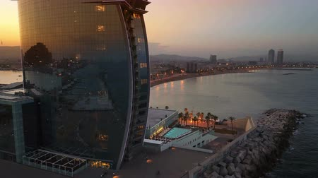 pokoj : Aerial view of a famous hotel in Barcelona, located on beach, sunset time.