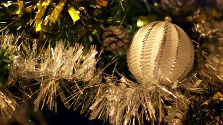 вешать : Close view of Christmas decorations at home