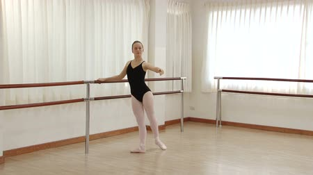 balerína : Teenage girl practicing ballet