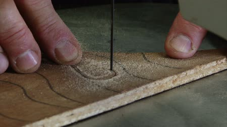 zanaat : Close up of a man cutting ply wood with a band saw
