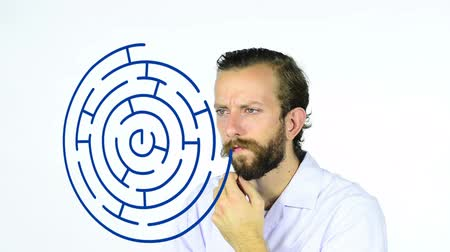 solução : Man looking at a maze drawn on an interactive whiteboard Vídeos