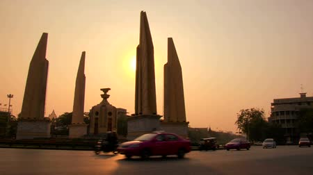 anıt : Democracy Monument in Bangkok at dusk Stok Video