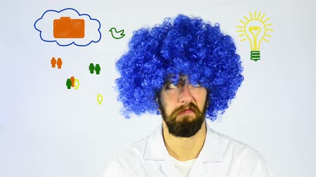 комедия : Crazy looking man in a blue wig looking at an interactive whiteboard showing a networking diagram Стоковые видеозаписи