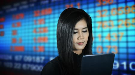 портфель : Asian woman watching a digital display