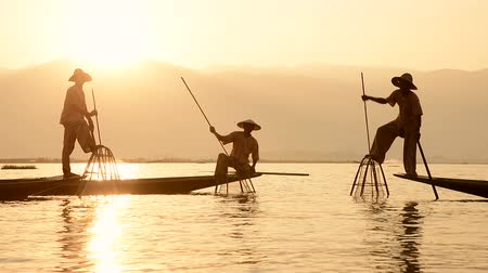 резной : Leg rowing fishermen on Inle Lake, Myanmar, show off their cultural traditions in their hand carved canoes.