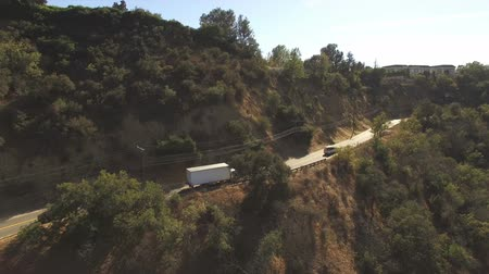 enrolamento : Aerial tracking shot of cars on Mulholland Drive in Los Angeles