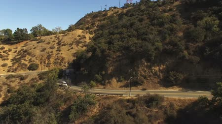 enrolamento : Aerial view of traffic on scenic Mulholland Dr