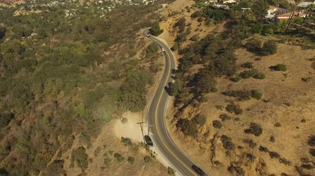 enrolamento : Aerial tilt down view of Mulholland Drive in the Hollywood Hills Vídeos