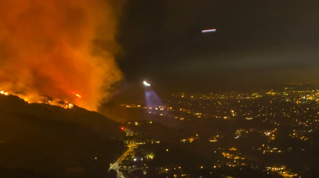 égés : Pan from city to dangerous wildfire in Burbank, California - time lapse