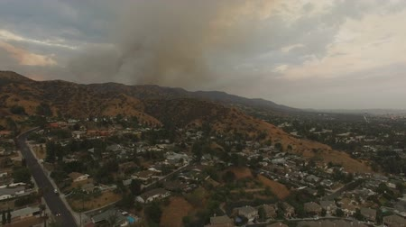 mech : Aerial drone over neighborhood with smoke from wildfires Wideo