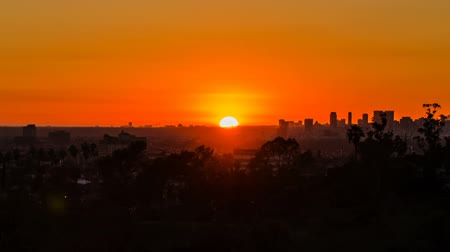 Los Angeles city views at sunset and moving lens flare - time lapse Stock mozgókép