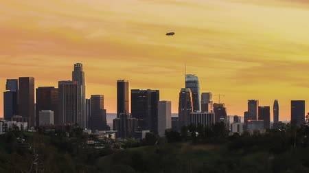 Los Angeles city skyline with blimp above downtown - time lapse Stock mozgókép