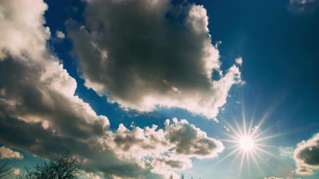 radiális : White clouds and sun running over blue sky