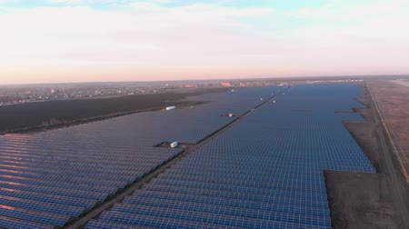 パネル : Aerial drone view looking downwards into large solar panels at a solar farm. Solar cell power plants. footage video 4k.