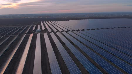 perennite : Aerial drone view looking downwards into large solar panels at a solar farm. Solar cell power plants. footage video 4k.
