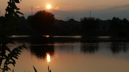 Beautiful sunset reflected in the waters of a pond Wideo