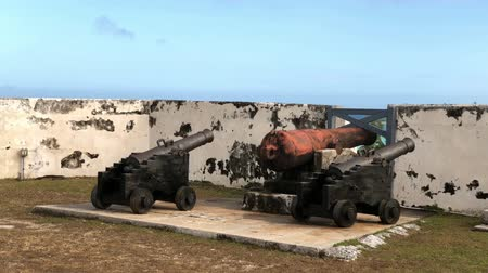 турель : Old cannons at Fort Charlotte, a British-colonial era fort overlooking the harbor in Nassau, Bahamas.