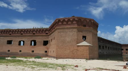 к юго западу : Close up of the walls of Fort Jefferson at the Dry Tortugas National Park, with people walking at the top. Стоковые видеозаписи