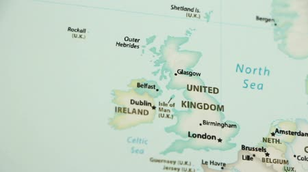 irlandês : The United Kingdom on the political map of the world. Video defocuses showing and hiding the map. Stock Footage