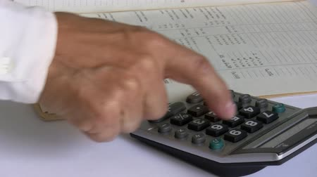 ksiegowosc : A businessman in white shirt using calculator isolated Wideo
