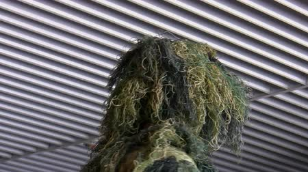 cabeça e ombros : Head and shoulders of a soldier masked with camouflage ghillie suit