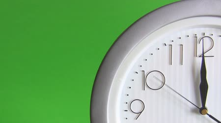 strzałki : View of a quarter of electric wall clock with arabic numerals isolated on green background ticking last  fifteen seconds to 12 twelve symbolising symbolizing the end of  year. Wideo