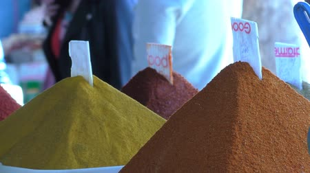 марокканский : Close up of colourful piles of various spices at the Marrakech Marrakesh souk or market. Стоковые видеозаписи