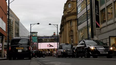 wielka brytania : MANCHESTER, ENGLAND, UK - FEBRUARY, 2017:  Black cabs, taxi and other private cars and pedestrians in the Manchester city centre center