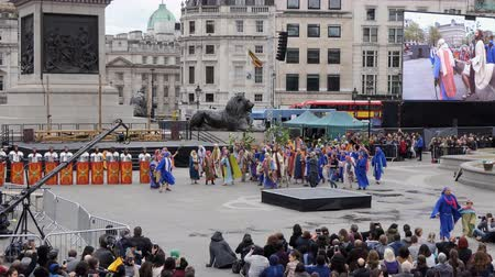 tanítvány : LONDON, ENGLAND, UNITED KINGDOM - APRIL, 2017: Outdoor public reenactment performance showing Jesus Christ passion in the square in the centre center of city. Jesus rides into Jerusalem on a donkey and crowd greet him Stock mozgókép