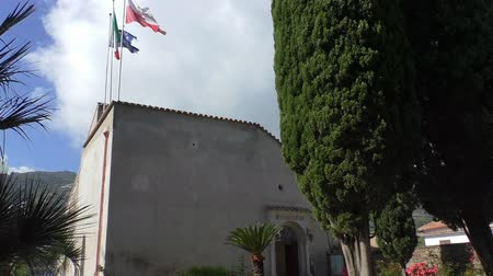 yırtık pırtık : Ravello, Italy local municipality town hall building entrance, three flags above roof - EU European Union, Italian and Ravello town flag