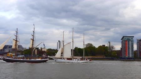 регата : Two tall ships racing past the camera viewpoint on Thames river in Greenwich, London, United Kingdom