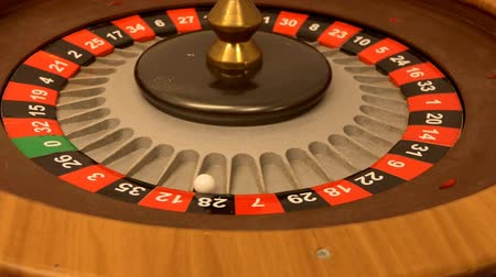 ruletka : Close up of roulette wheel spinning slowly and then it stops moving Wideo