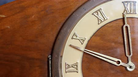 часов : Close up of quarter of old wooden clock face. Minute hand moving fast and stops at 12 oclock