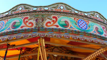 карусель : Carousel Merry-go-round stopping spinning; top of the ride against blue sky view