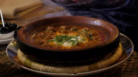 almôndega : On a cafe table in Morocco hot meatball tajine, tagine is still bubbling Vídeos
