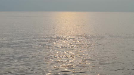 oceânico : Reflection of sunlight in the morning on the sea